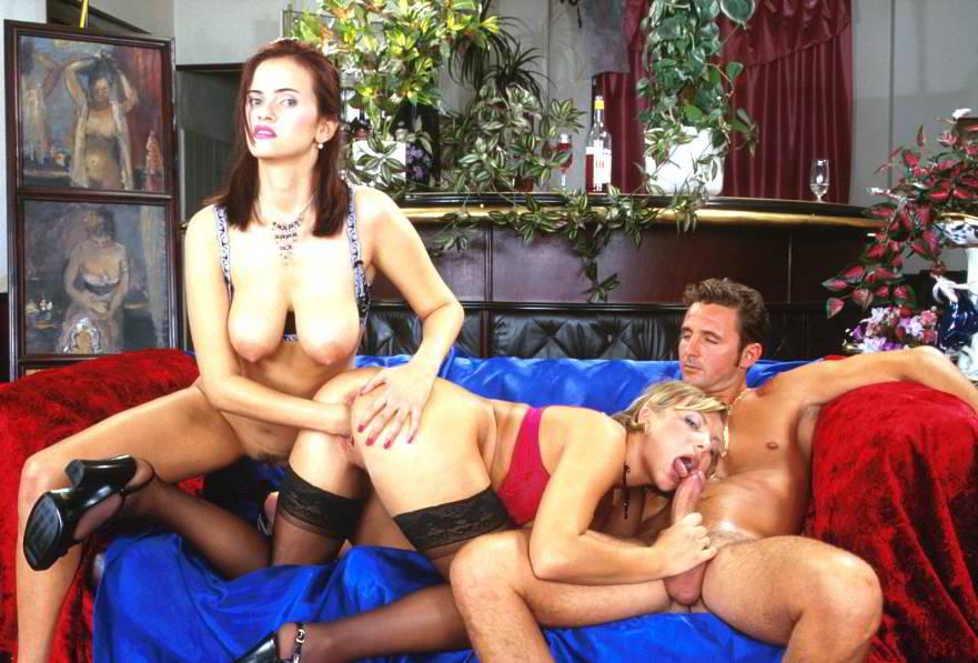video-masturbatsiya-bryunetok-v-yubkah-rakom